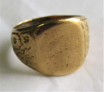 Gold signet ring; O2018.95