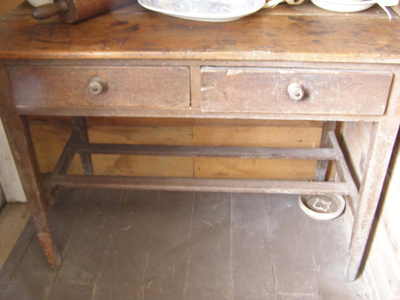 Wooden desk with 2 drawers.