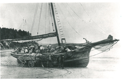 Scow loading wheat, Tamaki Beach; 30/09/1938; 2017.253.09
