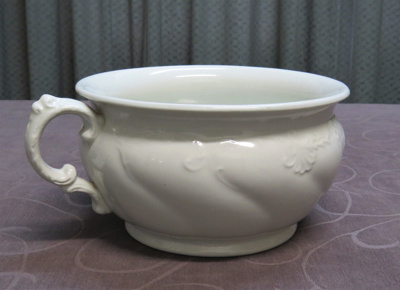 Chamber pot made of white ironstone clay. Pattern ...