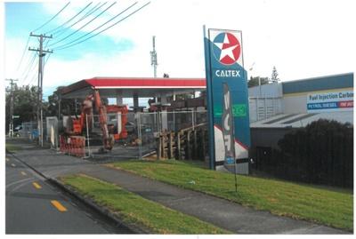 The Caltex petrol station in Sandspit Road; La Roche, Alan; 2011; 2017.217.34