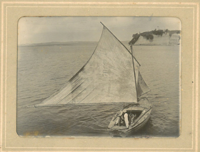 Yacht sailing at Howick Beach, early 1900s; early 1900s; 2016.510.08