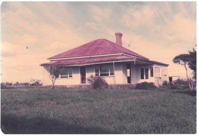 East Tamaki house before demolition; La Roche, Alan; 1/06/1989; 2017.175.68