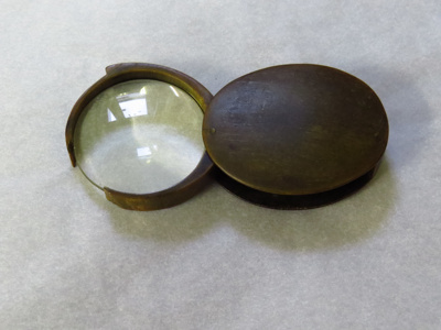 Magnifying glass which folds in to a case with tor...