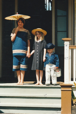 Verity Southern, Chrissy and Elijah on the Puhinui verandah on an HHV Live Day. ; Palmer, Ros; October 2003; 2019.198.16