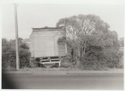 Smallman's cottage on a trailer; La Roche, Alan; 1/08/1973; 2018.089.28