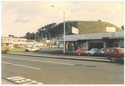 Mt Wellington shops, 1987; La Roche, Alan; 1987; 2017.296.04