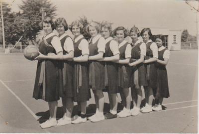 Howick District High School E basketball team; Sloan, Ralph S; 2019.071.40