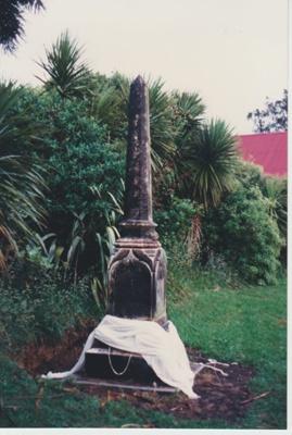 The monument to Te Wheoro; 27/11/1988; 2019.098.05