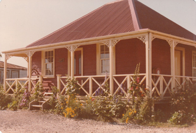 Colonel de Quincey's cottage and garden in Howick Historical Village.; November 1983; P2020.111.05