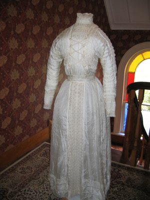 Cream silk dress; A172