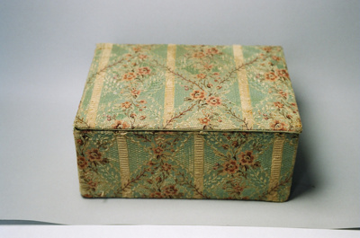 Covered box; 2004/0122