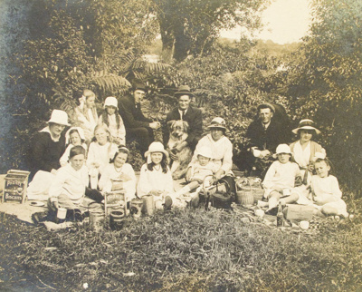 Photograph [Findlater and Connell Families]; [?]; c1910s-1920s; 2010.680