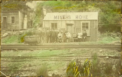 Photograph [Men outside their accommodation at a mine]; [?]; [?]; CT04.4112.5