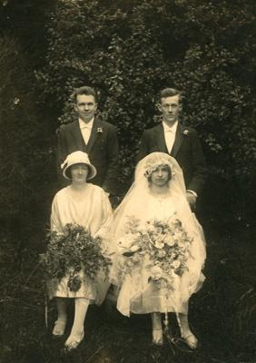 Photograph [Wedding party]; [?]; [?]; 2010.734