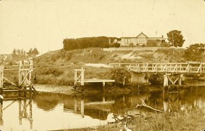 Photograph [The Landing, Newhaven Bridge]; [?]; [?]; CT79.1075a