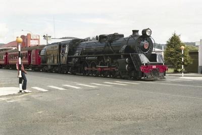 Photograph of locomotive J 1211; Les Downey; 1986; 14-4321