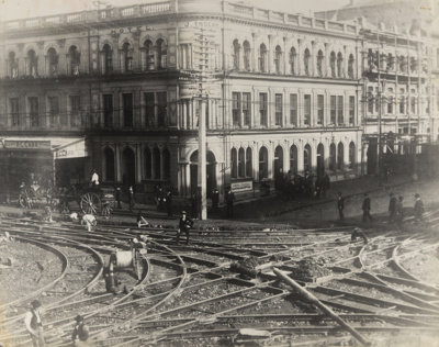 [Steel tram tracks being laid at the intersection of Queen and Custom Streets]; Unknown Photographer; 1902; PHO-2017-5.4