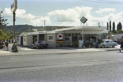 Photograph of Kawakawa service station; Les Downey; 1985?; 14-4289