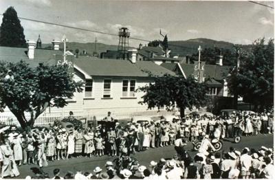 Royal visit (Jan) 1954, Tutanekai street outside c...
