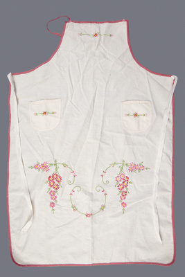 Apron, Calico with Daisies; Hall, May; 1960-70; WY.2006.37.3