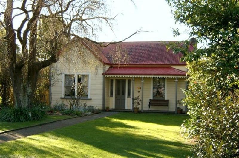 Golder cottage on ehive for Decoracion casas de campo pequenas