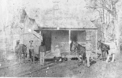 Eidsvold's new police cells with police staff standing in front.; 1889; PM2934