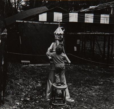 Untitled [Child and sculpture]; Hynes, Arthur; undated; 2009:0091:0021