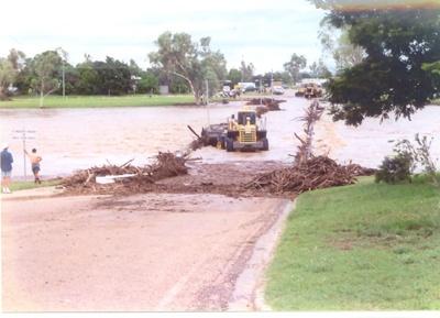 Council workers clearing debris off flooded bridge, Hughenden 2002; Unidentified; ca. 2000s; 2012-75