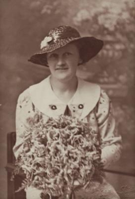 Photograph [Gwen McKelvie]; Mora Studio, The (Gore); 17.11.1936; MT2014.26.1