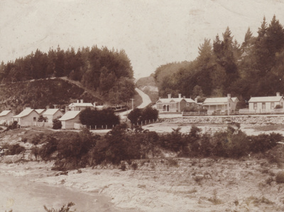Photograph [Kana Street and Doctors Road,  Mataura]; unknown photographer; 1900-1910; MT2011.185.135