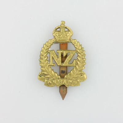 Badge, 2nd N.Z Expeditionary Force cap badge [Hugh Brown McConnell]; New Zealand Government; 1939-1945; MT2015.21.8
