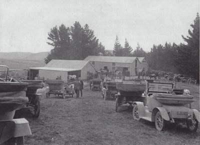 Photograph [Waiarikiki farm clearing sale, 1914]; unknown photographer; 1914; MT2011.185.370