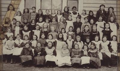 Photograph [Mataura School Girls]; unknown photographer; 1900-1920; MT2011.185.401