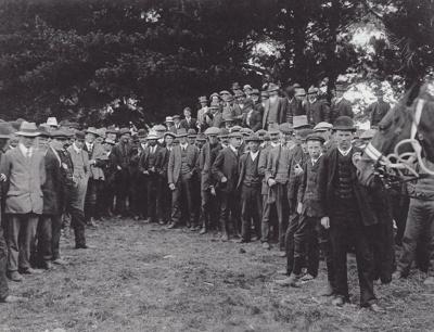 Photograph [Waiarikiki farm clearing sale, 1914]; unknown photographer; 1914; MT2011.185.368