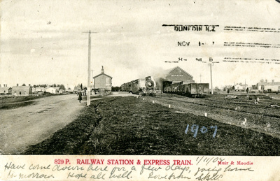 Postcard [Mataura Railway Station and Express Train]; Muir & Moodie; c.1905; MT2018.3.1