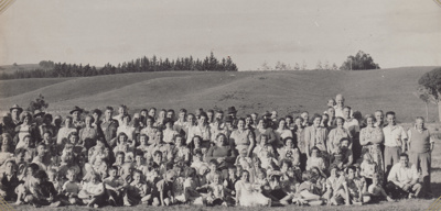 Photograph [Mataura Paper Mill employees at a picnic]; unknown photographer; 1950s; MT2011.185.51
