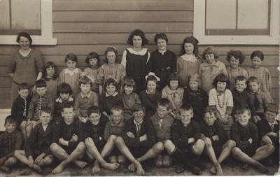 Photograph [Pupils Tuturau School]; unknown photographer; 1920-1925; MT2011.185.521