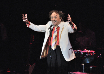 PHOTO - KEN DODD ON STAGE DURING HIS SHOW 'HAPPINESS'; MAR 2014; MD201403