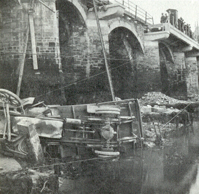 Lorry crash on the bridge, 1925; 1925; 76