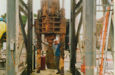 Kevin Murfett and a cross head removed from the Hart shaft, Beaconsfield gold mine; unknown; 29-05-1990; BMHC_14766