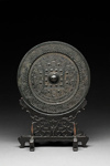 Pyöreä, kohoreunainen peili / Rund spegel med upphöjd ytterkant / Circular mirror with raised rim; 206 BC-220 AD; DAM6117