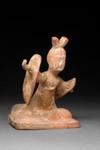 Hautaveistos, polvistuva tanssija / Gravfigurin, knäböjande dansare / Tomb figurine, dancer kneeling; 618-907 AD; DAM6259