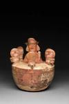 Veistoksellisin ihmishahmoin koristeltu astia / Kärl med skulpturala människomotiv / Vessel with sculptural human figures; AD 1 - 800; DAM7701