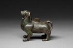 Seisovan vahtileijonan muotoinen lamppu / Lampa i form av ett stående väktarleijon / Lamp in the form of a standing sentinel lion; 206 BC-220 AD; DAM6112