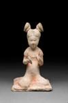 Hautaveistos, istuva naispuolinen soittaja / Gravfigurin, kvinnlig sittande musikant / Tomb figurine, woman musician seated; 618-907 AD; DAM6258