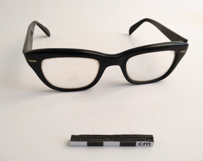 Spectacles; F-8-K-1999-12-223-22
