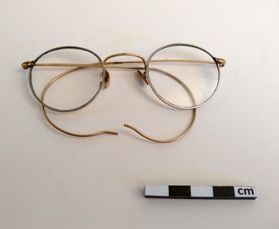 Spectacles; F-8-K-1999-12-223-5