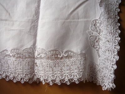 Tray cloth, white linen and lace; 2009.074