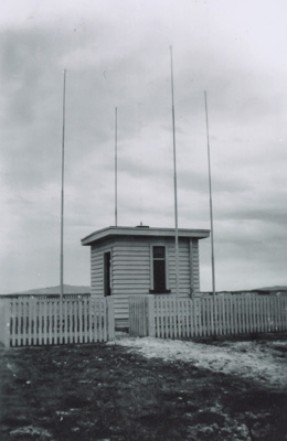 Photograph, High Frequency Directional Finding Station. ; Unknown Photographer; 1940-1950; ZLB.2671.037